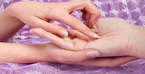 Imagem de duas mãos e uma a apontar para as linhas